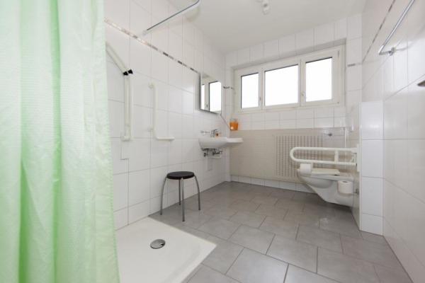 Seminarzentrum_Chlotisberg-1-Behindertengerechtes-Badezimmer 1-Behindertengerechtes-Badezimmer