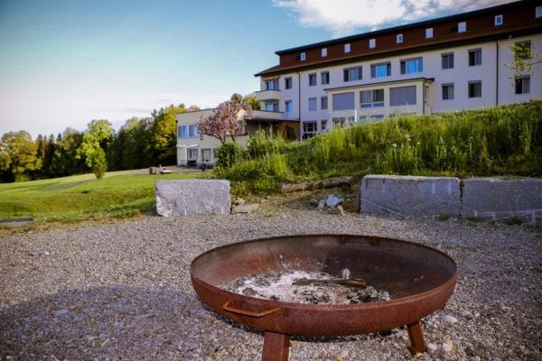 Seminarhaus_Chlotisberg_Haus-mit-Feuerplatz_k 04/Seminarhaus_Chlotisberg_Haus-mit-Feuerplatz_k